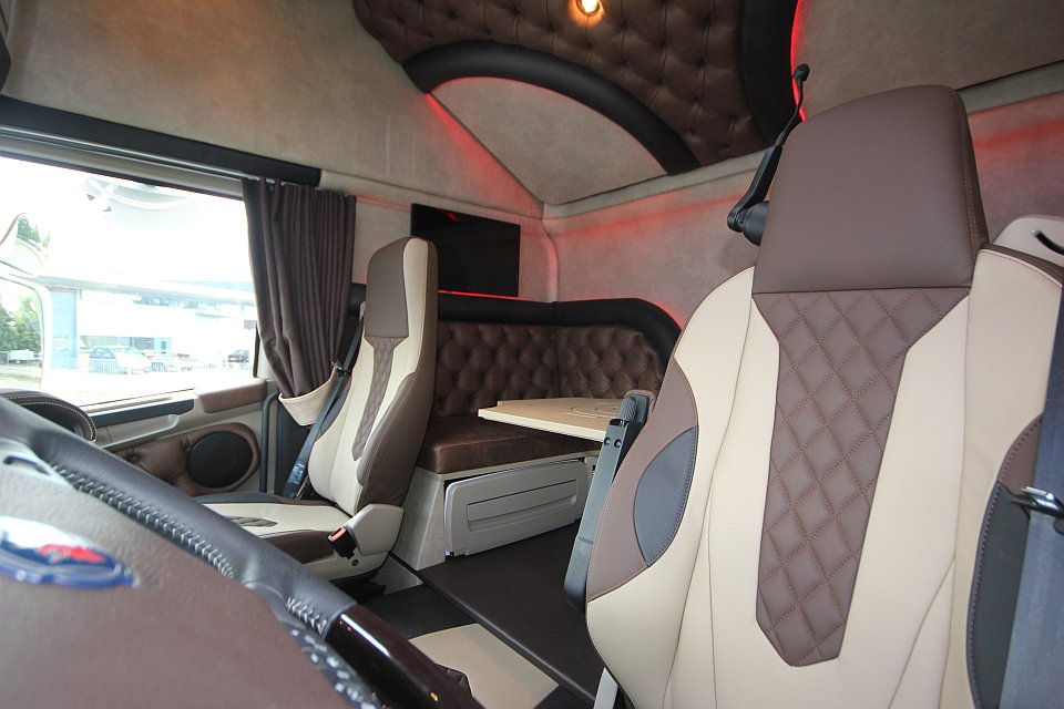 Voorbeelden truckbekleding royal class truck interiors for Interieur scania longline