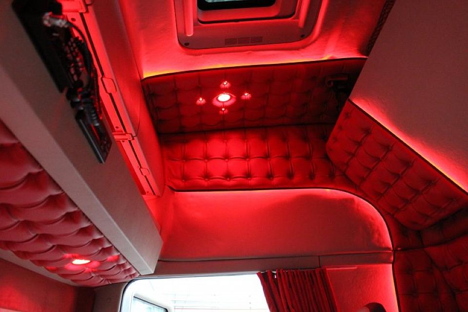 Rode interieur verlichting vrachtwagen